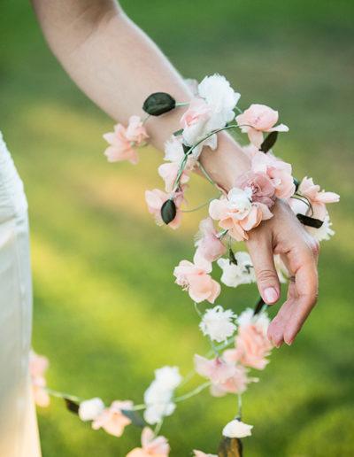 Detalle de guinalda de flores de seda. Foto: Studio Pensiero