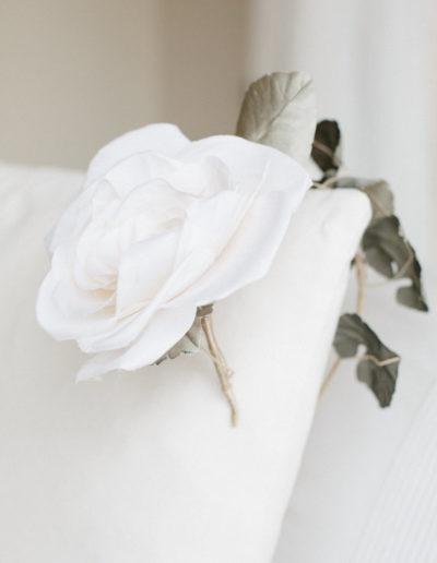 Diadema de rosa blanca.