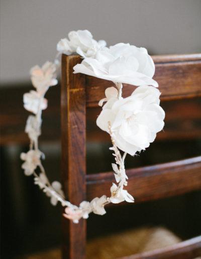 Corona de flores blancas de diferentes tamaños.