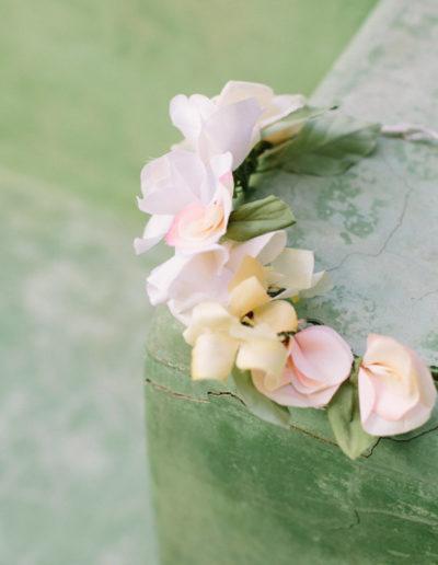 Corona de flores de raso de seda.