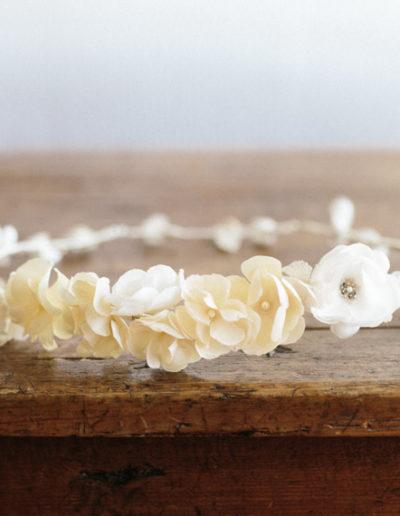 Corona de pequeñas flores de seda.