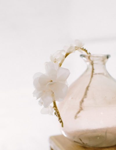 Diadema blanca y dorada.