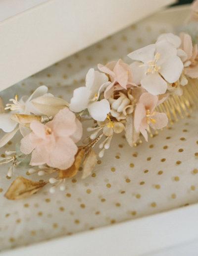Detalles tocado de flores de seda y flores antiguas. Foto: Paula G. Furió