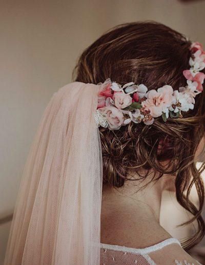 Velo y corona de pequeñas flores de seda. Foto: HUMà06