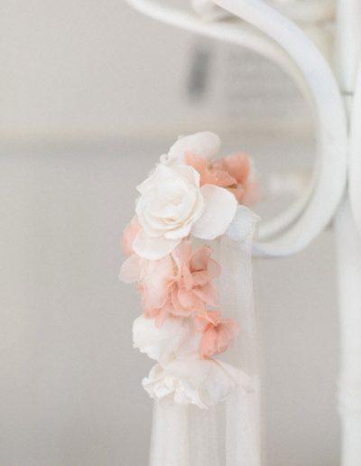 Tocado con flores de seda y velo.