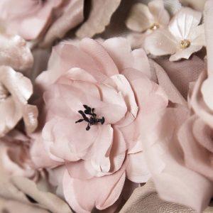 Flores de seda y piel